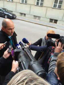 Notranja ministrica zavrnila pomoč Avstrije in Nemčije pri varovanju meje, prvi avtobusi z migranti že v Sloveniji 1