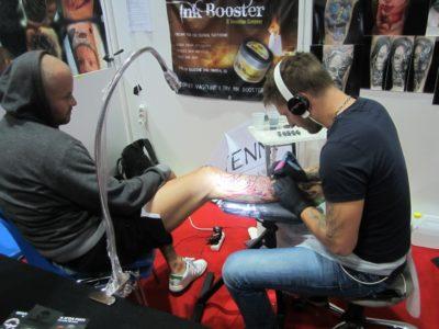 Dejan Marič pri ustvarjanju tatuja (Foto: P.B.)