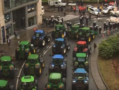 Traktorji v centru Bruslja (Foto: YouTube)