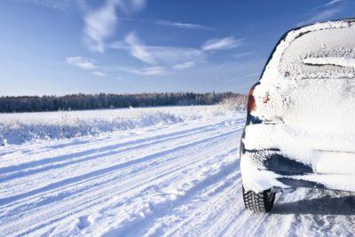 Zavorna pot je na zasneženem cestišču z letnimi pnevmatiki bistveno daljša kot z zimskimi pnevmatikami (foto: iStock).