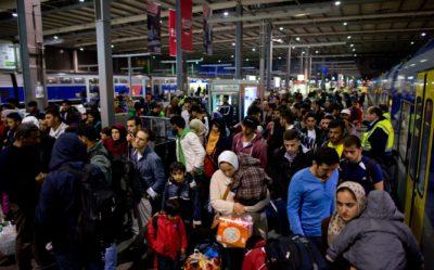 V München dnevno prispejo množice migrantov (železniška postaja). Foto: epa