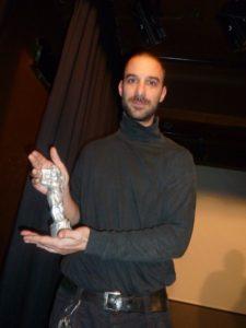 """Nagrade so """"neodvisni oskarji"""" - kipci angelčkov s kamero. Nagrajenec Borut """"Bučo"""" Bučinel za film Kamor zapiha veter 2013 (foto: FNF)."""