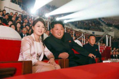 Severnokorejski voditelj Kim Džong Un s svojo ženo (Foto: epa).