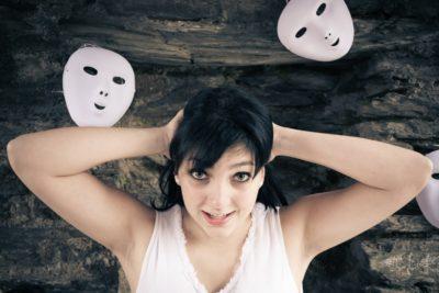 Mnogi mladi si nadevajo maske (foto: iStock).