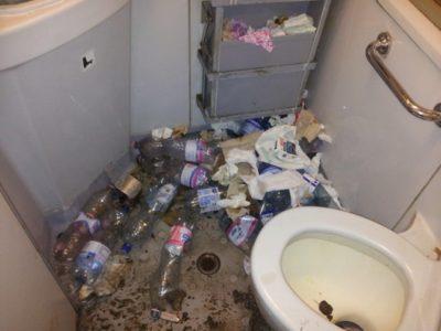 Fotogalerija: Grozljivo razdejani in umazani vlaki po prevozu migrantov 4