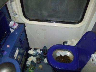 Fotogalerija: Grozljivo razdejani in umazani vlaki po prevozu migrantov 6