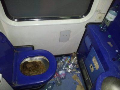 Fotogalerija: Grozljivo razdejani in umazani vlaki po prevozu migrantov 9