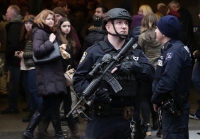 Čez lužo, v New Yorku, bodo do zob oboroženi policisti skrbeli za varnost ljudi (foto: epa).