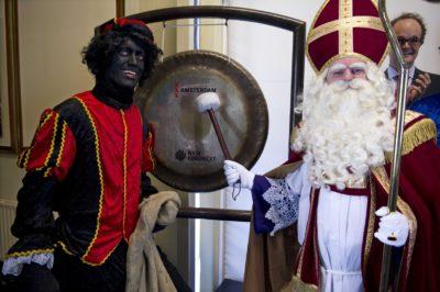Nizozemski Miklavž in njegov pomočnik Črni Peter (foto: epa)