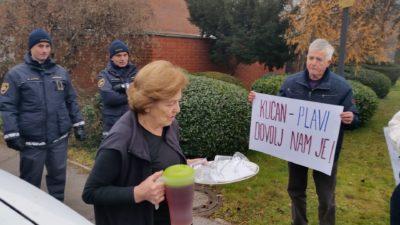 Kučanova žena je protestnikom prinesla čaj (foto: N. K.).