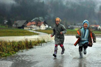 Večina otrok obožuje dež in čofotanje po lužah (foto: STA)
