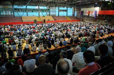 Muslimani pri molitvi v športni dvorani; Foto: STA