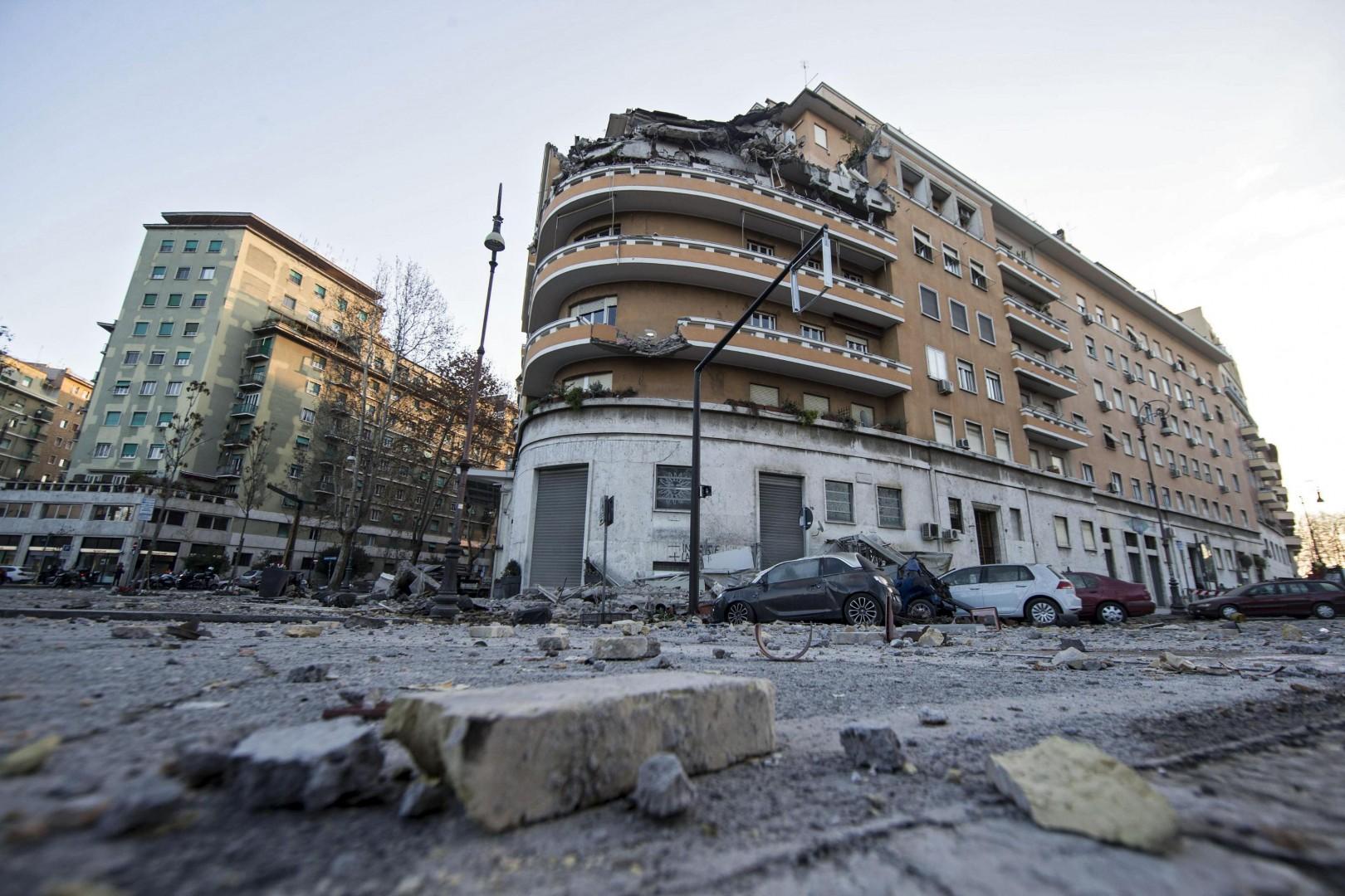 [FOTO] Grozljivka v Rimu: Stanovalci so bežali iz podirajoče se stavbe 2