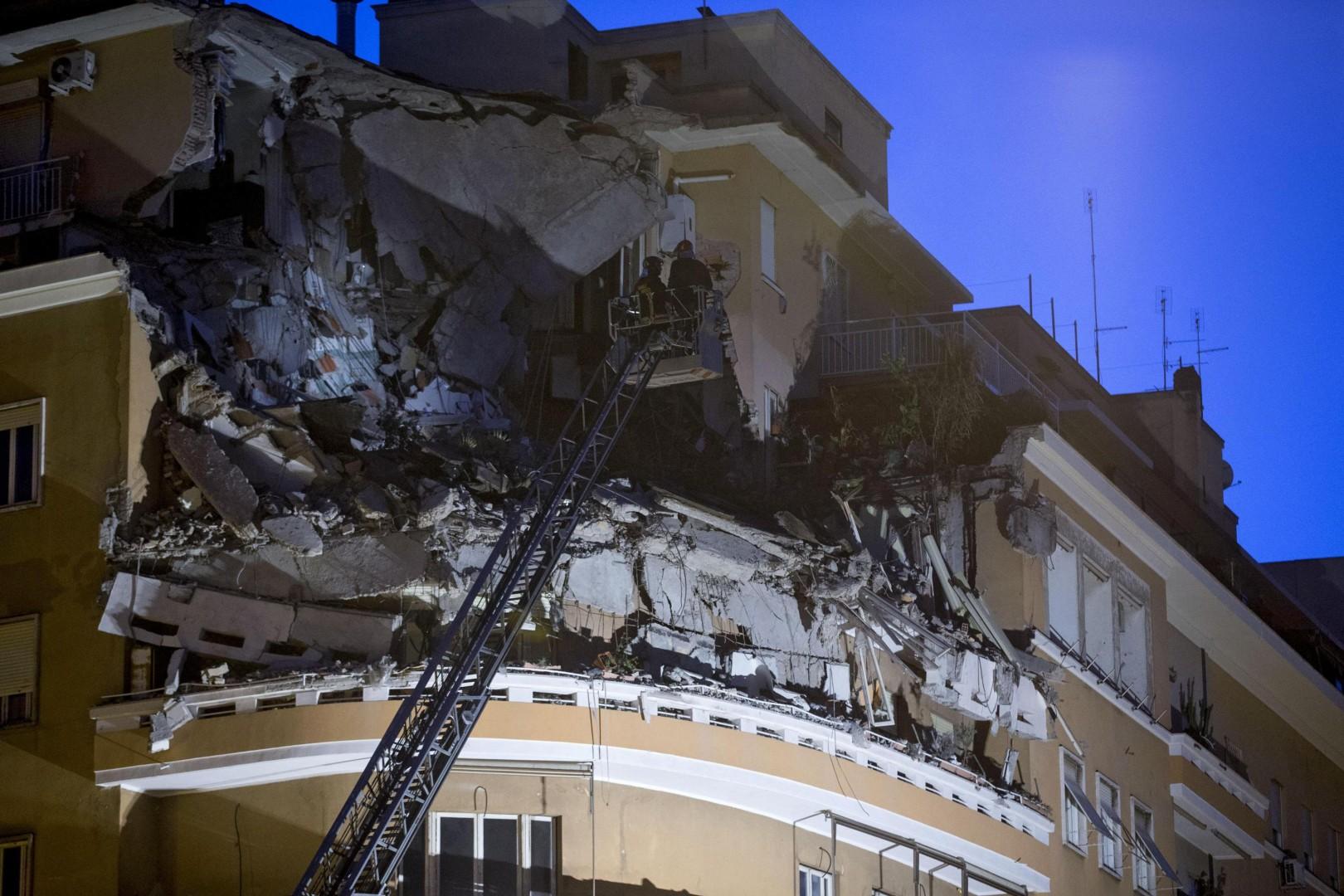 [FOTO] Grozljivka v Rimu: Stanovalci so bežali iz podirajoče se stavbe 3
