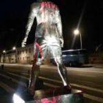 """Vandali so Ronaldov kip porisali z """"Messijevim"""" dresom (foto: facebook)."""