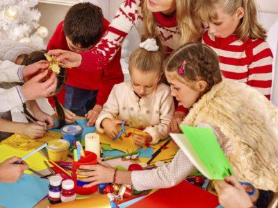 Otroci pri izdelovanju izdelkov. Foto: iStock