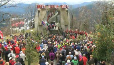"""""""Na juriš!"""" in """"Smrt fašizmu, svoboda narodu,"""" danes gromko odmeva v Dražgošah (foto: Nova24TV)."""