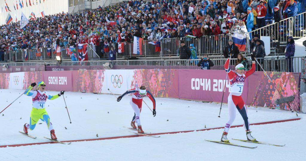 Vesna Fabjan (levo) je takole kot tretja prečkala ciljno črto v finalu šprinta na OI v Sočiju (foto: epa).
