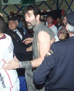 Veselin Vujović kot trener Ciudad Reala z raztrgano majico zaradi prerivanja po koncu tekme proti nemškemu Flensburgu (foto: epa).
