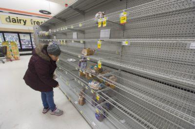 Priprave na snežno nevihto; nakupovanje hrane (foto: epa).