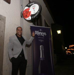 Tavares ob vhodu v njegovo restavracijo Tapas by Tavares (foto: osebni arhiv).