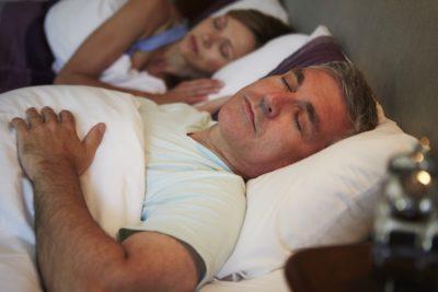 Spanje na hrbtu je lahko problematično - še posebej za tiste, ki si posteljo delijo s svojo boljšo polovico (foto: iStock).