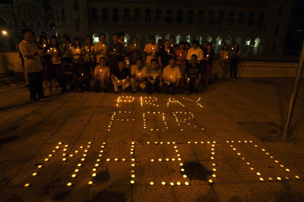 Spominska slovesnost ob drugi obletnici izginotja letala (Foto: epa)