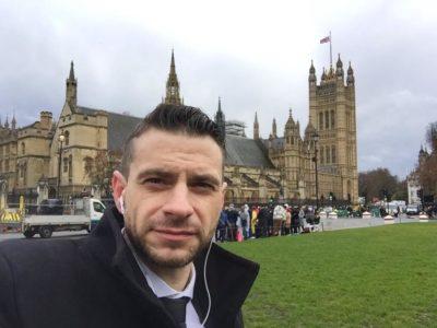 Jani Božič pred britanskim parlamentom (foto: Facebook).