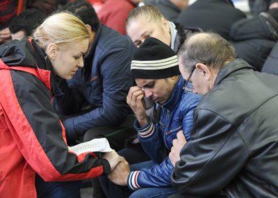 Obupani svojci preminulih na letališču (foto: epa)