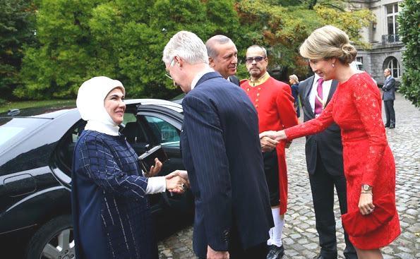 Tako potujeta po Evropi Tayyip Erdogan in njegova žena Emine, ki je zavita v ruto. Fotografija je bila posneta na sprejemu pri belgijskemu kralju Filipu (foto: Twitter)