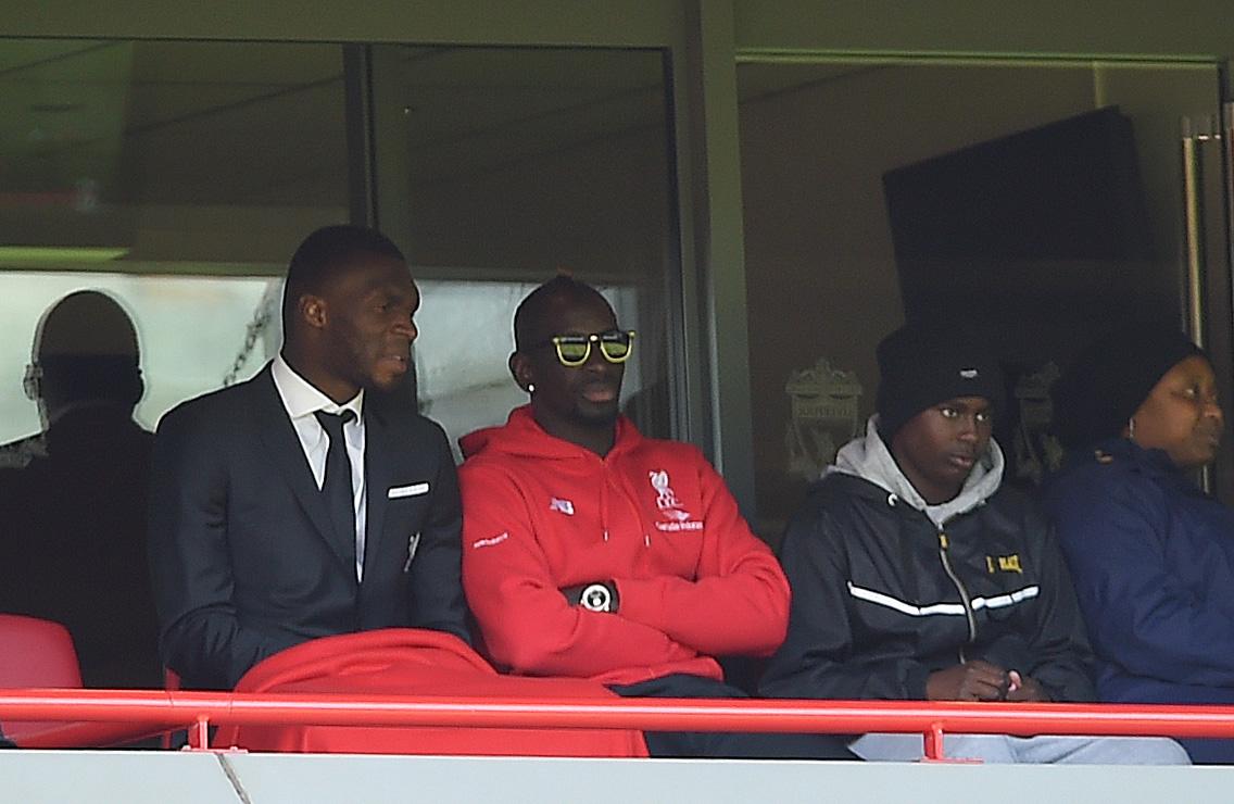 Mamadou Sakho (drugi z leve) je v soboto tekmo Liverpoola že spremljal s tribune (foto: EPA).