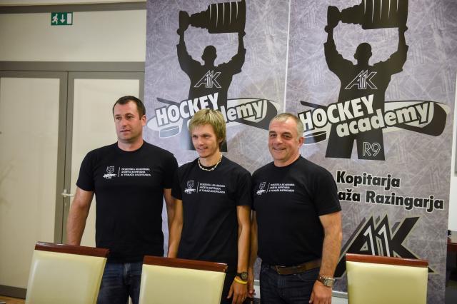 Tomaž Razingar, Luka Dolar in Matjaž Kopitar na novinarski konferenci ob predstavitvi 'Hokejske akademije Anžeta Kopitarja in Tomaža Razingarja' (foto: sta).