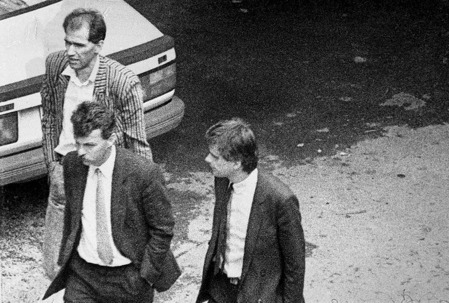 Aretacija Janeza Janše 31. maja 1988. Janšo, ki je bil trn v peti komunistični partiji in JLA, je aretirala slovenska tajna politična policija in ga izročila jugoslovanski vojski (foto: Tone Stojko, hrani Muzej novejše zgodovine Slovenije).