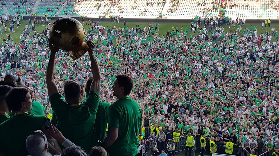 Navijači so se po tekmi veselili na igrišču (foto: facebook).