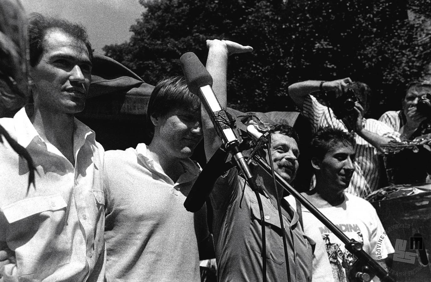 Sojenje Janši, Borštnerju, Tasiču in Zavrlu (ta se je edini od četverice branil s prostosti) se je končalo 18. julija. Četverico je na dan sodbe pred vojaškim sodiščem na Roški pričakala 10 tisoč glava množica podpornikov (foto: Tone Stojko, hrani Muzej novejše zgodovine Slovenije).