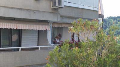 Gospa Olah pretresena na balkonu svojega stanovanja (foto: Nova24TV/N. K.).