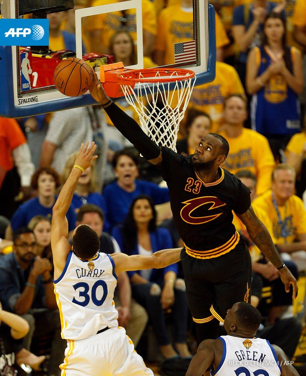 James je blokade delil kot za šalo, eno je prilepil tudi Curryu (foto: twitter).