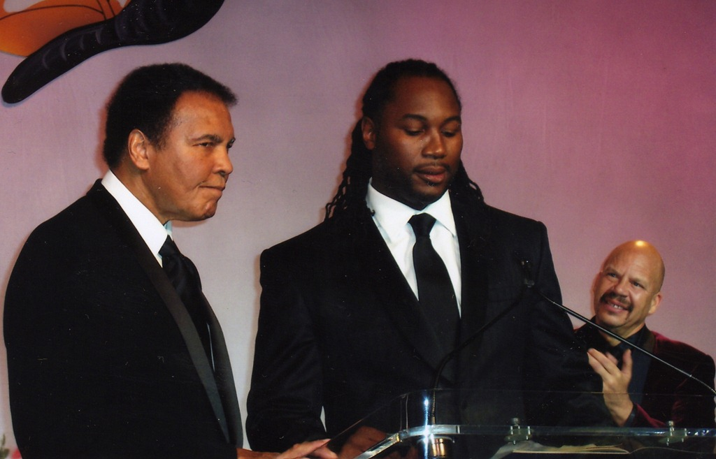 Na pogrebu bo prisoten tudi Lennox Lewis (desno) eden boljših boksarjev v zadnjem času (foto: facebook).