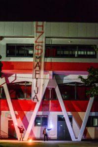"""V nočnih urah so pred dvorano Podmežakla izobesili tudi transparent """"HZS mafija"""" (foto: facebook)."""