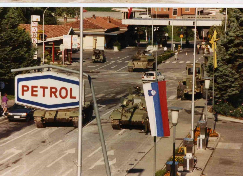 Tanki JLA na mejnem prehodu Rožna dolina (foto: Peter Lemut).