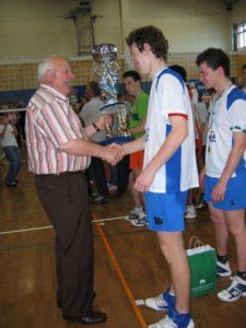 Tine Urnaut sprejema pokal, ko je z bil prvak med šolami s svojo Gimnazija Ravne na Koroškem
