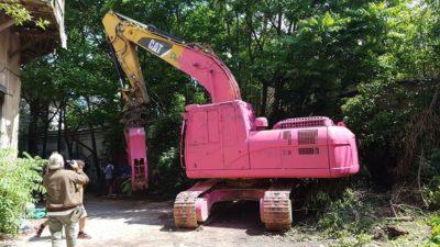 Gradbeni stroj odet v bojne barve (Vir: Facebook)