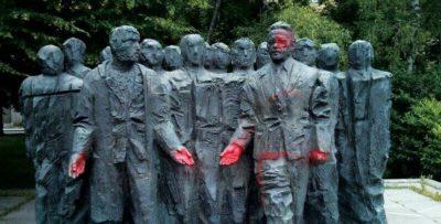 Vzdrževanje zavožene ideologije ali 5.400 spomenikov krvavi revoluciji? 2
