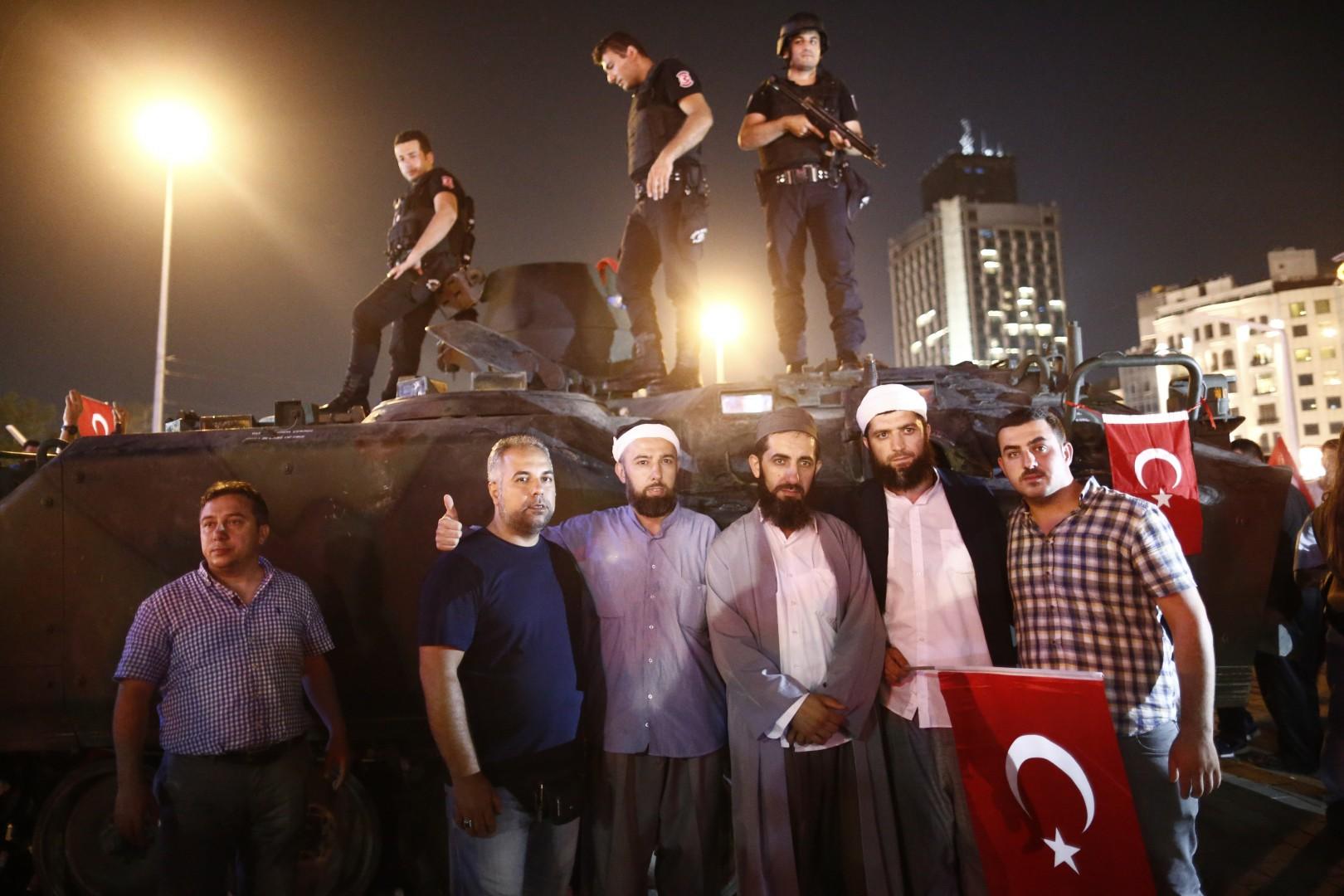prebivalci Istambula pred zaseženim tankom, foto: STA