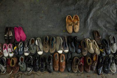 Pogost pojav je ponudba kar na pločniku, kjer domačini prodajajo rabljeno obutev in oblačila (foto: epa).
