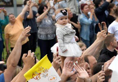 Papeža so na Poljskem pričakali tudi najmlajši (foto: epa)