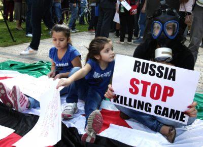 Ženska z otroki protestira proti kemičnemu orožju na ulicah Tirane (foto: epa).