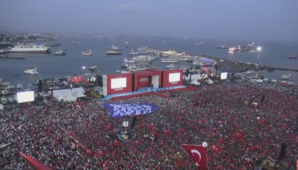Poklon in podpora štiri milijonske množice Erdoganu na rdečem trgu 10