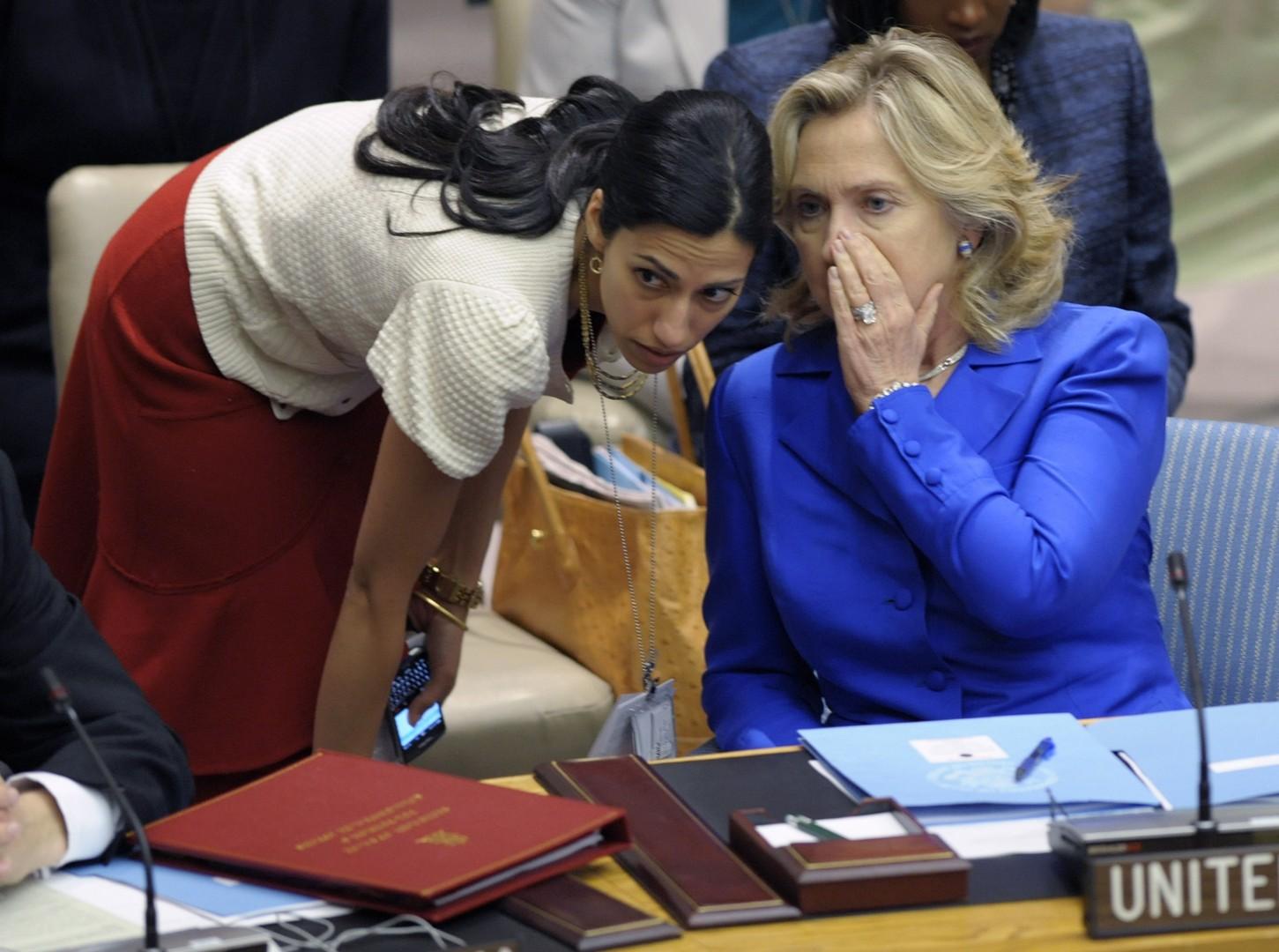 Huma Abedin in Hillary Clinton (foto: epa).
