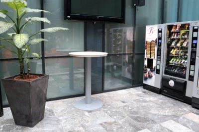 Ena od šestih barskih mizic v avli ministrstva za šolstvo, v vrednosti 1000 evrov (foto: Nova24tv)